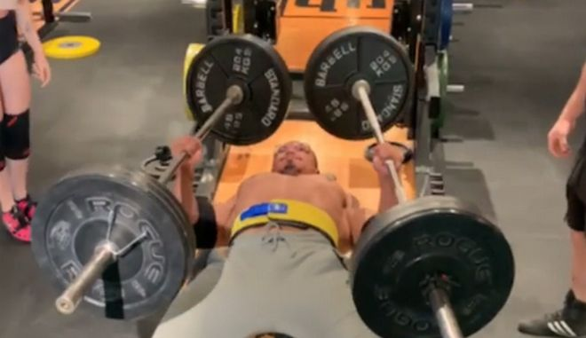 Ο Λάρι Γουίλς τη στιγμή που σηκώνει από 110 κιλά σε κάθε χέρι