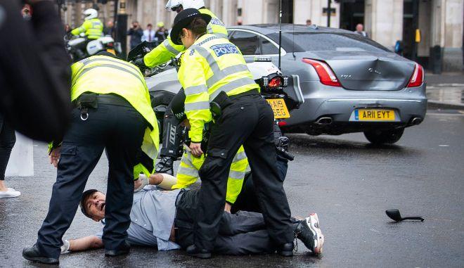 Βρετανία: Τροχαίο για τον Μπόρις Τζόνσον έξω από το κοινοβούλιο. (Victoria Jones/PA via AP)