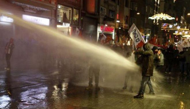 Τουρκία: Εκτοξευτήρες νερού και δακρυγόνα κατά διαδηλωτών για το διαδίκτυο