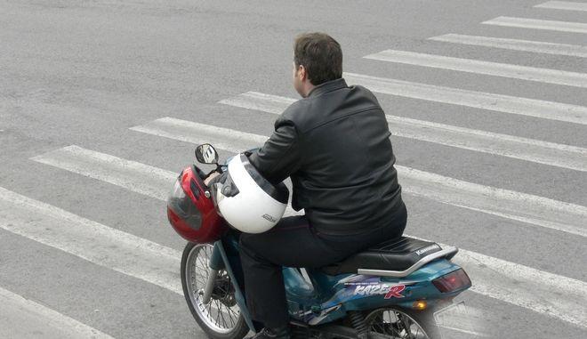 """Μοτοσυκλετιστής στην Αθήνα με """"διπλή ασφάλεια"""""""