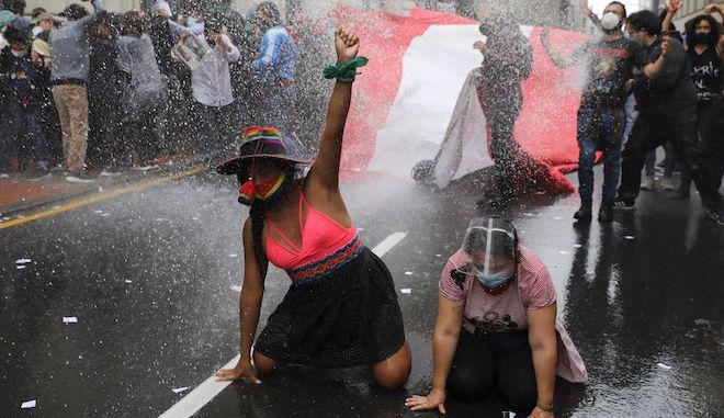 Αύρα της αστυνομίας πάνω στους διαδηλωτές καθώς διαμαρτύρονται για την απομάκρυνση του προέδρου Martin Vizcarra από τους νομοθέτες, στη Λίμα, 10 Νοεμβρίου 2020.