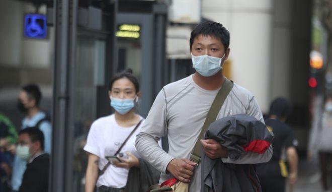 Πολίτες με μάσκες για προστασία από τον κορονοϊό