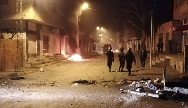 Η αστυνομία της Τυνησίας στους δρόμους της Κασερίν όπου ξέσπασαν επεισόδια