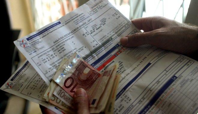 Με τους λογαριασμούς της ΔΕΗ θα καταβληθεί  το ειδικό τέλος ακινήτων (ΕΤΑΚ),αντίθετα την αποσύνδεση από τον λογαριασμό της ΔΕΗ των Δημοτικών τελών και της εισφοράς για την ΕΡΤ σχεδιάζει η κυβέρνηση,Πέμπτη 19 ιουλίου 2012 (EUROKINISSI/ΤΑΤΙΑΝΑ ΜΠΟΛΑΡΗ)