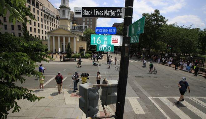 """Περιοχή κοντά στον Λευκό Οίκο μετονομάστηκε από την δήμαρχο της Ουάσινγκτον, Muriel Bowser, σε """"Black Lives Matter Plz NW""""."""