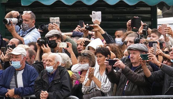 Εκατοντάδες άνθρωποι συγκεντρώθηκαν πίσω από τις μπάρες ασφαλείας για να αποχαιρετήσουν τον Μπελμοντό
