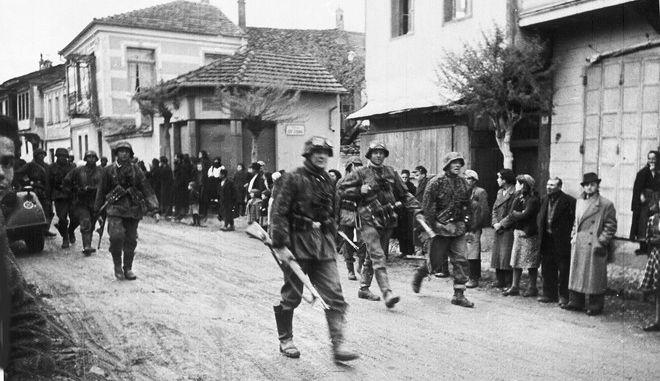 Γερμανοί στρατιώτες σε ελληνικό χωριό τον Μάιο του 1941