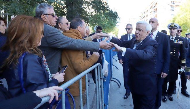 Έσπασε το πρωτόκολλο ο Παυλόπουλος στη Θεσσαλονίκη – Χαιρέτησε τον κόσμο έξω απ' τον Αγ. Δημήτριο