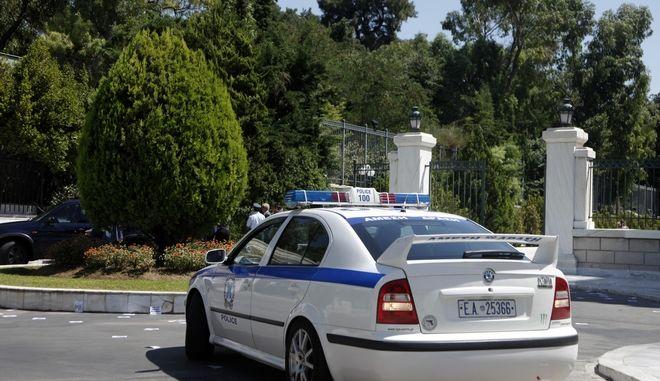 Παρέμβαση με πανό για την απελευθέρωση της 29χρονης Ηριάννας και του συγκρατούμενού της Περικλή,έκανε πρίν από η ομάδα του Ρουβίκωνα,σηκώνοντας πανό στον προάυλιο χώρο της βουλής,Τετάρτη 26 Ιουλίου 2017 (EUROKINISSI / ΓΙΩΡΓΟΣ ΚΟΝΤΑΡΙΝΗΣ)