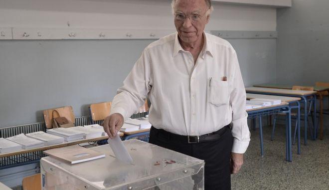"""Ο πρόεδρος της """"Ένωσης Κεντρώων"""" Βασίλης Λεβέντης ψηφίζει για τις εθνικές εκλογές σε εκλογικό τμήμα στο Περιστέρι την Κυριακή 20 Σεπτεμβρίου 2015. (EUROKINISSI/ΑΝΤΩΝΗΣ ΝΙΚΟΛΟΠΟΥΛΟΣ)"""