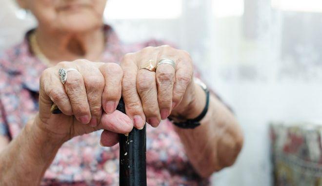 Υπεραιωνόβια 103 ετών νίκησε τον κορονοϊό