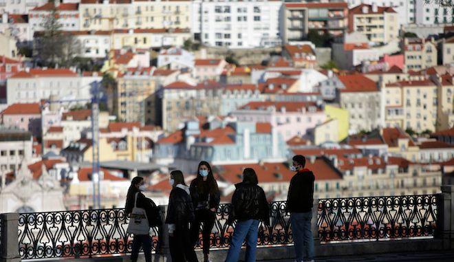 Πολίτες με μάσκες στο κέντρο της Λισαβόνας, 11 Μαρτίου 2021