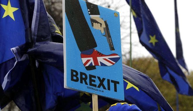 Πλακάτ σε διαδήλωση για το Brexit