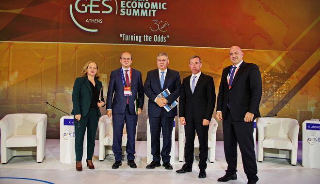 Από αριστερά, η δημοσιογράφος και συντονίστρια της συζήτησης κα Χρύσα Λιάγγου, ο Υπουργός Περιβάλλοντος και Ενέργειας κ. Κωστής Χατζηδάκης, ο Διευθύνων Σύμβουλος της ΕΛΠΕ κ. Ανδρέας Σιάμισιης, ο Διευθύνων Σύμβουλος του Ελληνικού Χρηματιστηρίου Ενέργειας κ. Γιώργος Ιωάννου και δεξιά ο Αντιπρόεδρος της ΔΕΠΑ, δρ Κώστας Ανδριοσόπουλος.
