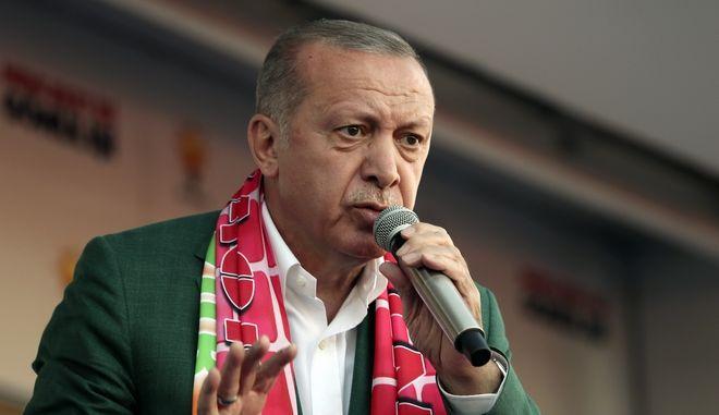 Ο Τούρκος πρόεδρος Ρετζέπ Ταγίπ Ερντογάν σε συγκέντρωση του Κόμματος Δικαιοσύνης και Ανάπτυξης στην Αττάλεια
