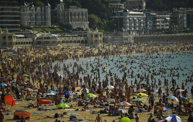 Πλήθος κόσμου σε παραλία του Σαν Σεμπάστιαν