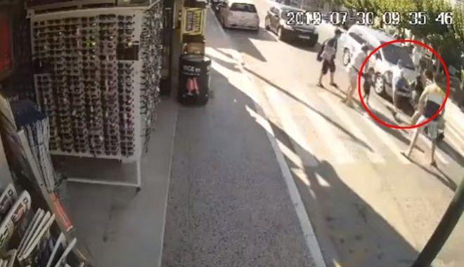 Σοκαριστικό βίντεο: Αυτοκίνητο παρέσυρε τουρίστα σε διάβαση στη Ζάκυνθο