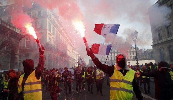 Κίτρινα γιλέκα διαδηλώνουν μαζί με συνδικαλιστές στο Παρίσι