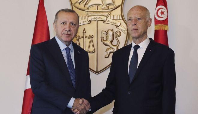 Ο πρόεδρος της Τουρκίας Ρετζέπ Ταγίπ Ερντογάν και ο πρόεδρος Τυνησίας Καΐς Σαγιέντ