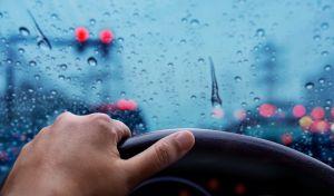 Ψιλή βροχή στον δρόμο