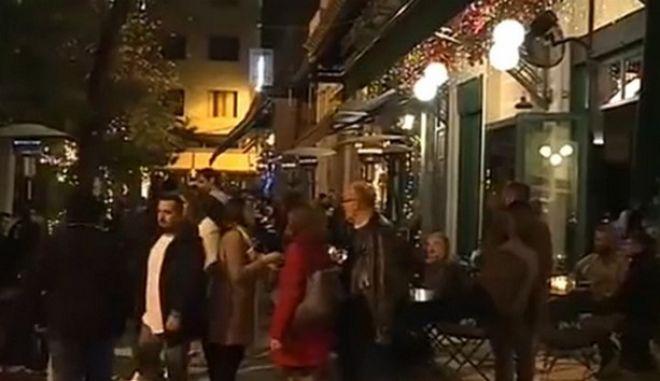 Smirting: Η νέα μόδα έξω από τα μαγαζιά - Φλερτ με αφορμή το κάπνισμα