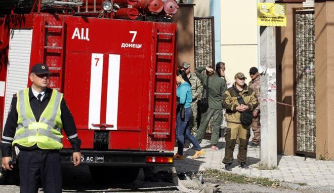 Αστυνομικοί, πυροσβέστες και πυροτεχνουργοί στο Ντόνετσκ, μετά από έκρηξη (αρχείου)