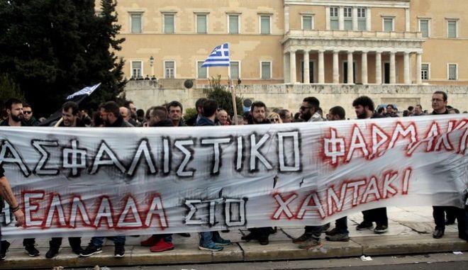 Γενική απεργία της ΓΣΕΕ και της ΑΔΕΔΥ σήμερα για το ασφαλιστικο και το φορολογικό.Στιγμιότυπα από την πορεια στο Συνταγμα ,Πέμπτη 4 Φεβρουαρίου 2016 (EUROKINISSI/ΣΤΕΛΙΟΣ ΣΤΕΦΑΝΟΥ)