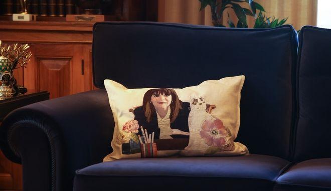 Η εξήγηση για το viral μαξιλάρι της Σακελλαροπούλου στον καναπέ του Προεδρικού