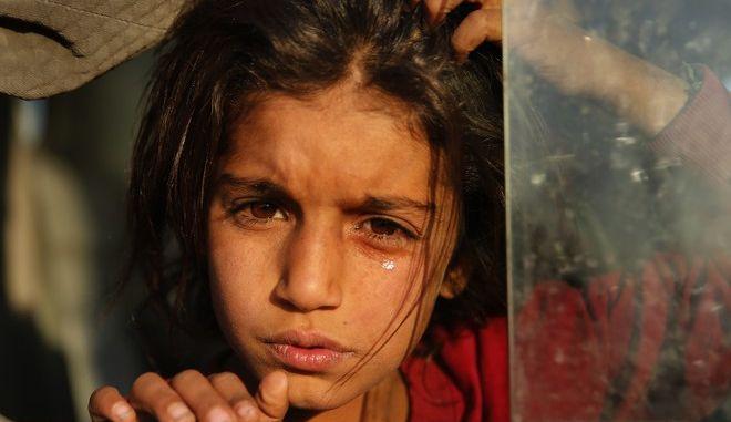 Κορίτσι που φτάνει στο Bardarash camp στο Ιράκ