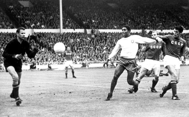 Ο Γιασίν μπλοκάρει τη μπάλα προ του Εουσέμπιο στο ματς για την τρίτη θέση του Μουντιάλ της Αγγλίας (28/7/1966).