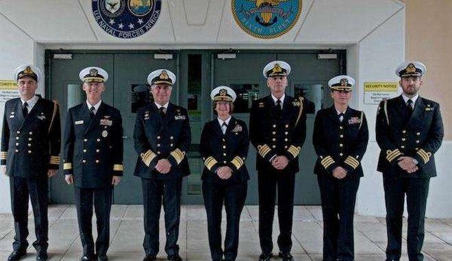 Στη μέση η γυναίκα που διοικεί τον 6ο στόλο των ΗΠΑ