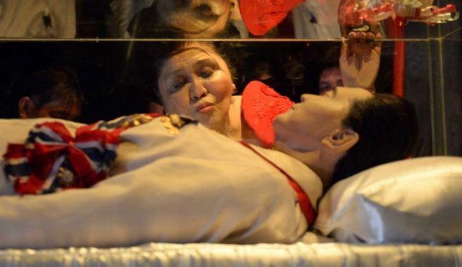 Οι Φιλιππινέζοι κήδεψαν τον δικτάτορα 'της καρδιάς τους'