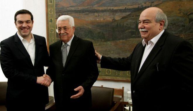 Ο Πρόεδρος της βουλής Νίκος Βούτσης υποδέχεται τον παλαιστίνιο πρόεδρο Μαχμούτ Αμπάς στο Ελληνικό Κοινοβούλιο.Στιγμιότυπα από την κατ' ιδίαν συνάντηση και την ανταλαγή δώρων,Τρίτη 22 Δεκεμβρίου 2015 (EUROKINISSI/ΓΙΑΝΝΗΣ ΠΑΝΑΓΟΠΟΥΛΟΣ)