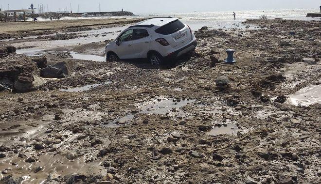 Αυτοκίνητα θάφτηκαν στη λάσπη.