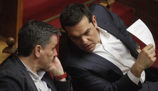 Στιγμιότυπο απ'΄τη Βουλή με τον πρωθυπουργό Αλέξη Τσίπρα και τον υπουργό Οικονομικών Ευκλείδη Τσακαλώτο
