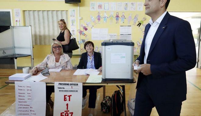 O πρωθυπουργός της Ιρλανδίας, Leo Varadkar, προσέρχεται στην κάλπη για το δημοψήφισμα