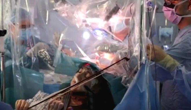 Απίστευτο βίντεο: Γυναίκα παίζει βιολί την ώρα χειρουργικής επέμβασης στον εγκέφαλο
