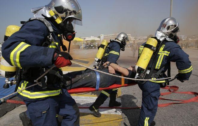 Άσκηση για αντιμετώπιση φωτιάς σε επιβατικό πλοίο στο λιμάνι Πειραιά