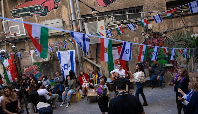 """Ισραηλινοί χορεύουν γιορτάζοντας το Περσικό Νέο έτος, το """"Nowruz"""", 19 Μαρτίου 2021."""