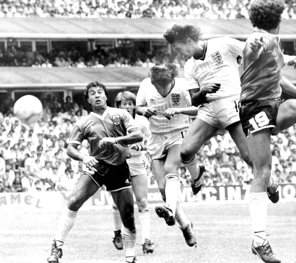 Ο Γκάρι Λίνεκερ πετυχαίνει με κεφαλιά το γκολ της Αγγλίας (22/6/1986).
