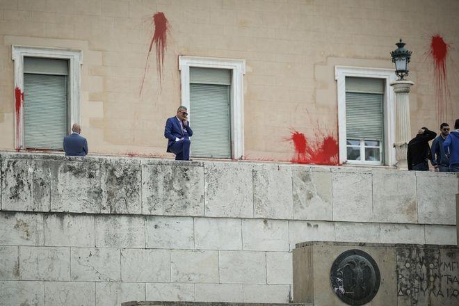 Επίθεση με μπογιές από τη συλλογικότητα Ρουβίκωνας στο προαύλιο της βουλής