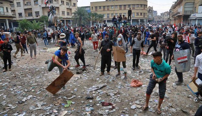 Διαδηλωτές πετούν πέτρες στις δυνάμεις ασφαλείας στη Βαγδάτη
