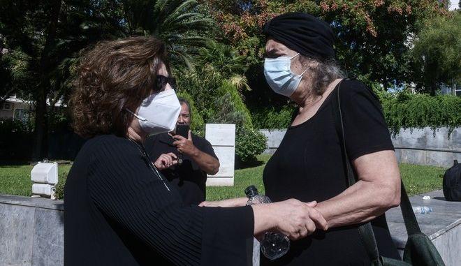 Η Μάγδα Φύσσα και η Τζώρτζια Γλέζου έξω από το Εφετείο