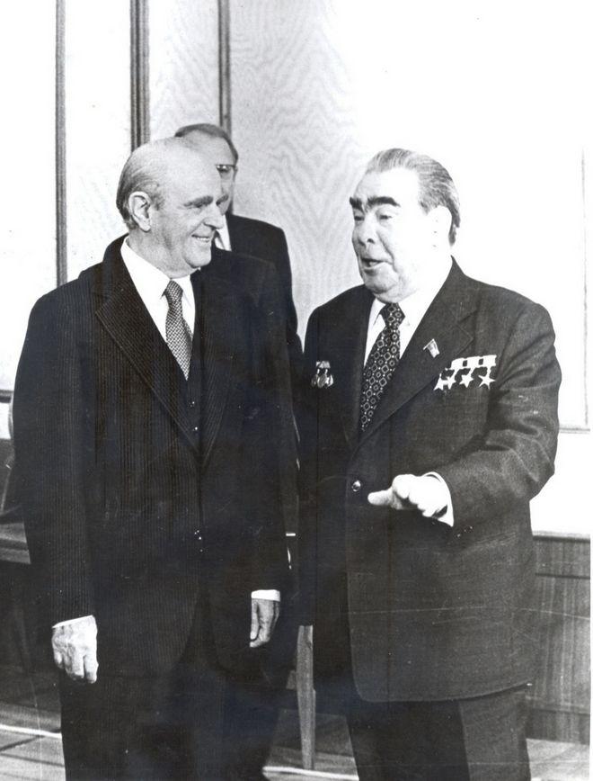 Ο Κωνσταντίνος Καραμανλής με το Λεονίντ Μπρέζνιεφ τον Οκτώβριο του 1979