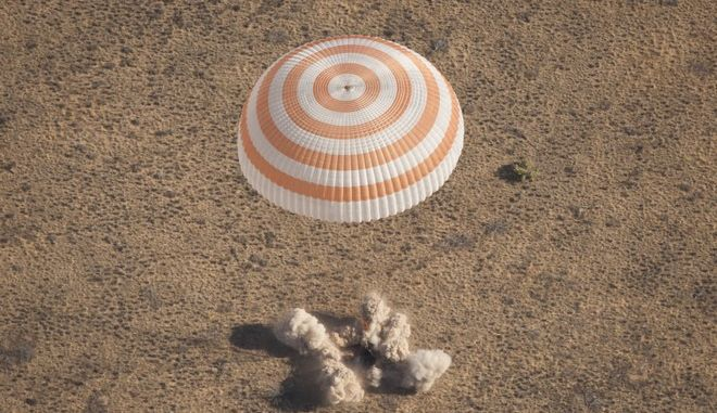 """Die """"Sojus TMA-21""""-Kapsel mit den Astronauten Andrej Borissenko, Alexander Samokutjajew (beide Russland) und Ron Garan (USA) an Bord landet am Freitag (16.09.11) suedoestlich der kasachischen Stadt Dsheskasgan. Drei Astronauten sind am Freitagmorgen eine Minute frueher als geplant mit einem russischen Raumschiff von der Internationalen Raumstation ISS zur Erde zurueckgekehrt. Sojus TMA-21 mit Borissenko, Samokutjajew und Garan an Bord sei um 5.59 Uhr deutscher Zeit sicher 149 Kilometer suedoestlich der kasachischen Stadt Dsheskasgan gelandet, teilte die Raumfahrtagentur Roskosmos in Moskau mit. Die Kapsel ist beim Auftreffen auf den Boden auf die Seite gefallen, wie Roskosmos weiter mitteilte. Die Bergungsmannschaften waren innerhalb von zwei Minuten nach der Landung per Helikopter zur Stelle. (zu dapd-Text) Foto: NASA/Bill Ingalls/(NASA/Bill Ingalls)/dapd"""