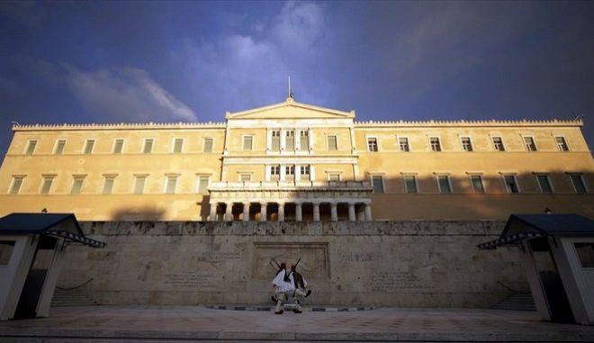 'Ψαλίδι' 3 εκ. ευρώ στις λειτουργικές δαπάνες στη Βουλή για το 2017