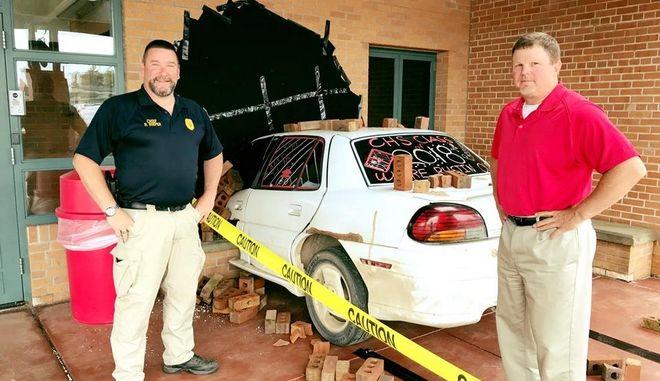 Η φάρσα της χρονιάς: Κάρφωσαν αμάξι στον τοίχο του γραφείου του διευθυντή