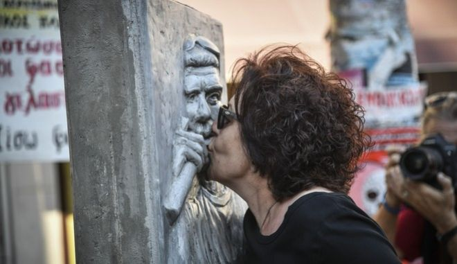 Η Μάγδα Φύσσα στο μνημείο του γιου της