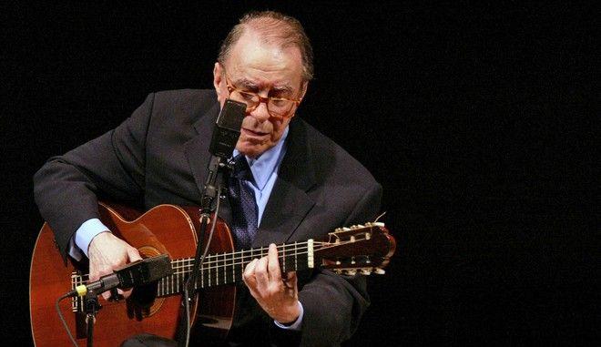 Ο Ζοάο Ζιλμπέρτο σε εμφάνισή του στη Νέα Υόρκη τον Ιούνιο του 2004