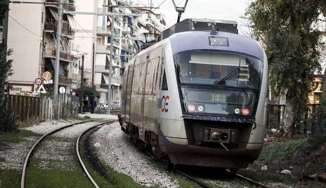 Τραίνο του Προαστιακού Σιδηροδρόμου εκτελεί δρομολόγιο. (EUROKINISSI/ΓΙΩΡΓΟΣ ΚΟΝΤΑΡΙΝΗΣ)